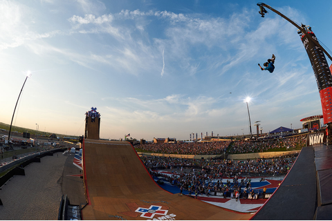 Burnquist wins Skateboard Big Air