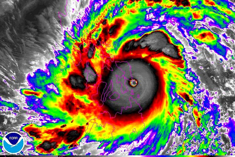 Typhoon Haiyan's electric spectacular in the eye of the ...