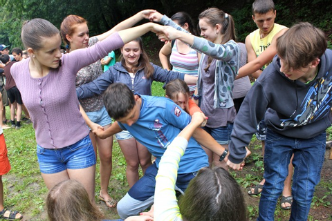 The Human Knot Game - Icebreaker Ideas