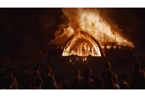 Daenerys emerges from temple fire - Game of Thrones S06E04 ...